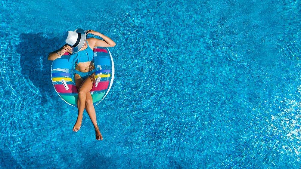 départ en vacances piscine